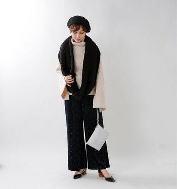 タートルネックのニットに、黒のボアスヌードを合わせたコーディネート。パンツやベレー帽、パンプスも黒で揃えて、シンプルなフェミニンスタイルに仕上げています。