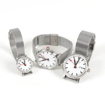 スイス国鉄の時計デザインを再現したという時計。シンプルながら時間がわかりやすいデザインは、さすがというほかありません。赤い秒針がアクセントになっていますね。