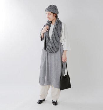 グレーのスカートやニット帽に、グレーのスヌードを垂らしたナチュラルなコーディネート。白とグレーの優しい組み合わせは、シンプルだけどおしゃれにキマります。