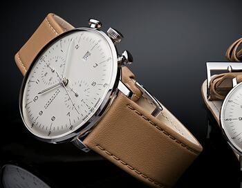 多機能を一つの文字盤に美しく配置した腕時計。なんとストップウォッチ機能もついているという便利さは、一度使ったら手放せなくなりそうです。まろやかな革ベルトのカラーも他にはない色味で素敵。
