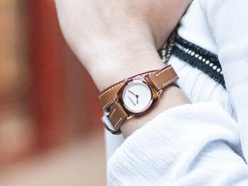 女性らしい細ベルトを手首に二周巻き付けることで、他の時計にはないユニークな佇まいに。文字盤フレームがべっ甲になっているのも上品で素敵ですね。