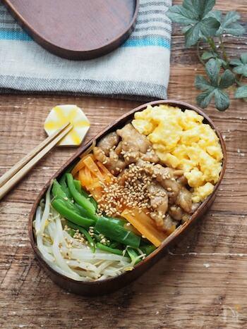 電子レンジだけでできる簡単ビビンバ。冷めてもおいしいので、お弁当にもおすすめです。彩りも栄養バランスのいいですね。
