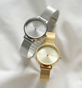全体がゴールド、もしくはシルバーになった珍しいデザインの腕時計。アクセサリーのようにコーデに馴染むので、どんなファッションの人でも身に着けやすい一本です。