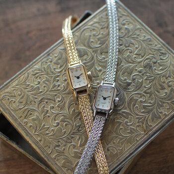 上品な金属ベルトが特徴の王道フェミニンな腕時計。小さなジュエリーボックスをイメージしたというそのデザインは、女性の手元を美しく見せてくれます。