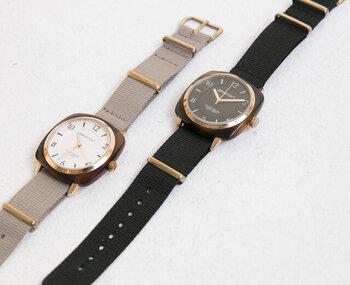程よい大きさの文字盤で、パッと見て時間がわかるのはお仕事で使う腕時計で欠かせないポイント。こちらの時計は、シンプルな文字盤のデザインで時間がわかりやすく、かつおしゃれに仕上がっています。