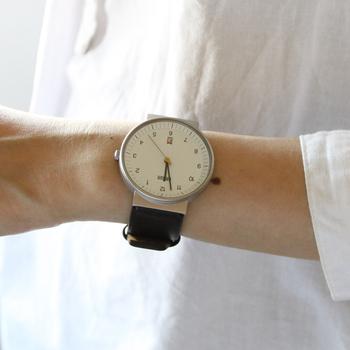 できるだけ詳細に時間を知りたい方におすすめな腕時計。シンプルさを極めた美しいデザインの文字盤で、しっかり時間を教えてくれます。無機質にも思えるシンプルさの中で、イエローの秒針がアクセントに。