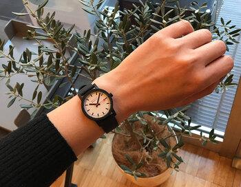 スイス国鉄の時計をイメージしたMondaineの時計が、ラバーストラップでよりシンプルに。元々の造形美をより際立たせています。パッと見て時間がわかる視認性の高さもうれしい。