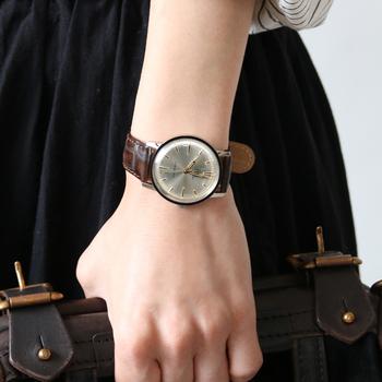 ヴィンテージウォッチには憧れるけど、手入れが大変そう…という方は、ヴィンテージデザインを現代技術で再現した時計がおすすめです。こちらの時計は、60年代のデザインをそのまま再現したもの。反射光が華やかにきらめく文字盤など、レトロデザインならではの魅力が詰まっています。