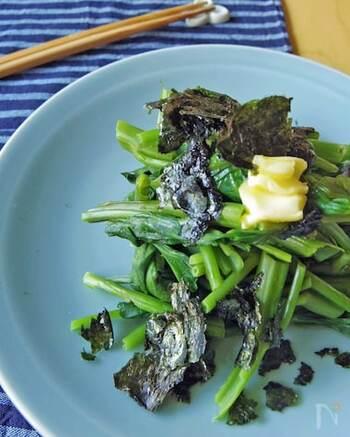 蒸し煮にした空芯菜を、焼きのりとバター醤油でいただく、シンプルなレシピ。空芯菜は加熱しすぎないようにするのがポイントです。みんな大好きバター醤油の味付けは、お子様も喜んで食べてくれそう。