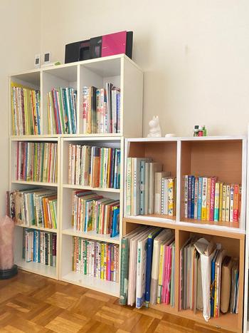 絵本が多いと、なかなか移動も難しいですよね。実は、並べ方を変えるだけでスッキリして見える収納法があります。それは『本の高さを揃える』事。何冊もあるとどうしてもまとまりなく見えがちの絵本でも、高さを揃えて、収納しなおすだけでとても整頓して見えますよ。