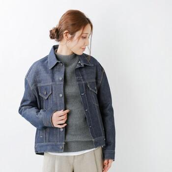 「デニムジャケット」は、肌寒い季節の変わり目のライトアウターとして大活躍!深みのあるインディゴカラーのデニムを選ぶと、カジュアルからきれいめスタイルまで幅広くマッチします。