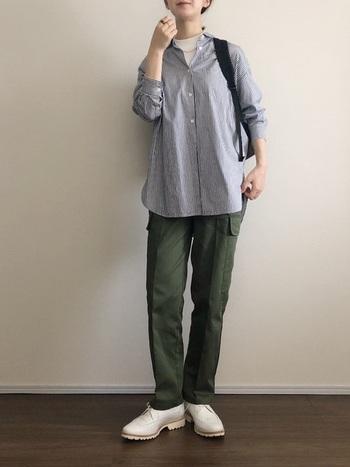 シャツ×カーゴパンツは、季節を問わず着れる定番の組み合わせ。青いストライプのデザインなら、上品なフレンチシックスタイルに仕上がります。