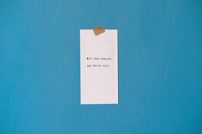開封日をメモ、もしくはシールでコスメに貼り付けるのもおすすめです。使用期限がはっきりするので、いつまでに使い切れば良いのか目視できます。使用期限が過ぎてしまったコスメは捨てるようにすると、収納スペースが溢れかえってしまうことはありませんよ。