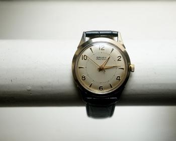1950年のアメリカで制作された時計。機械による大量生産が主流だった時代に、手作りを活かして作られた品質の高さで、ロレックスにも部品を提供していたそう。文字盤の日焼けとレトロな数字が、一つの時計が歩んできた歴史を感じさせます。
