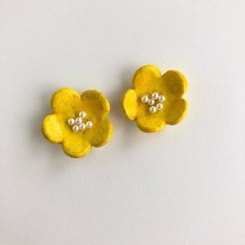 また違った質感がある、こちらの可愛らしい黄色いお花のピアスはオーブン陶土といって自宅のオーブンで焼ける陶土を使った作品になります。