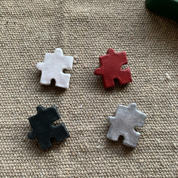 シンプルだけど遊び心があるパズルピースのブローチ。 色違いで重ね付けしても良いかも。