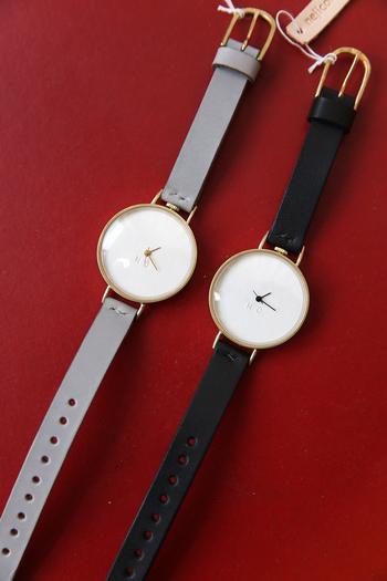 ごくごく最小限の機能だけを搭載した腕時計。ミニマルかつシンプルなデザインには美学を感じます。ベルト色は王道の黒に加え、なかなかない上品なグレーも魅力的。