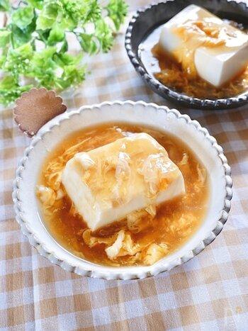 お豆腐に熱々のあんかけをかけた、簡単&ヘルシーなレシピ。お豆腐はレンジで温めるので、コンロが一口しかないキッチンでも楽々と作れちゃいます。余ったあんかけは、ご飯にかけてもおいしいく頂けます。