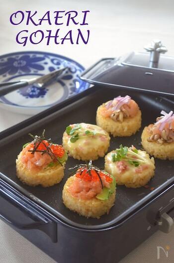 たまごかけご飯をホットプレートで焼いて好きなトッピングを乗せれば、パーティにもぴったりな華やかでおいしい一品が完成。みんなで楽しみながら作れるところもいいですね。こちらのレシピでは3種類のトッピングを紹介しています。
