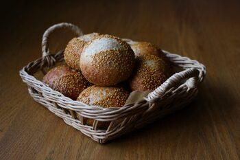 小麦の風味を存分に味わえる「全粒粉のプチパン」。全粒粉7:強力粉3の配合で冷蔵庫で一晩おいてじっくり発酵させることで、程よい酸味のある、食事によく合うパンに仕上がります。
