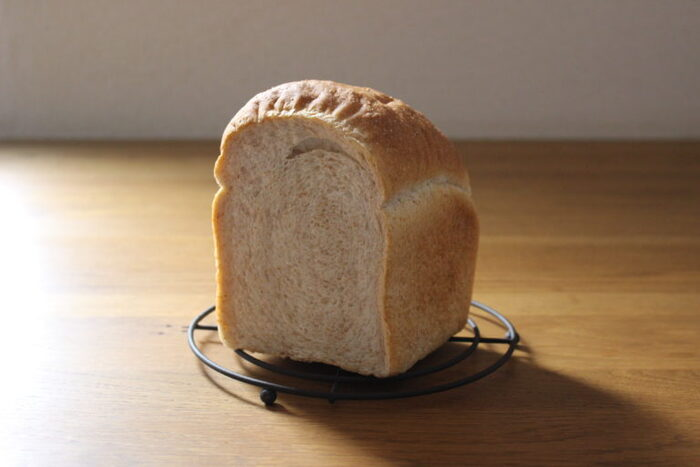 じっくり丁寧に作る、全粒粉が3割のふんわり食パン。ふんわりやわらか食感で牛乳も一緒に練られているので食べやすく、家族みんなで食べたいパンです。断面は全粒粉の色がしっかりと出ていて香ばしい香りが漂ってくるよう。