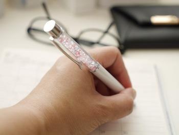ぱっと目に留まりそうな華やかなボールペンですね。こちらのブロガーさんが使っているのは、ジュエリーのように輝くクリスタルペン。字を書くたびにキラキラが見えて、上質な趣を感じられるのが魅力なのだそう。ペン立てに立てても華があるので、インテリアとしても見栄えがします♪