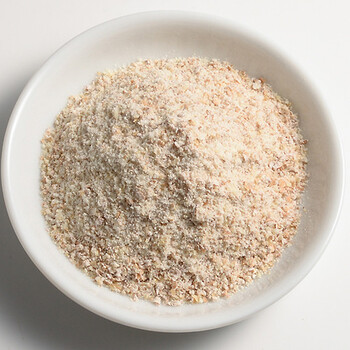『全粒粉』は小麦の表皮や胚乳、胚芽をつけたままの状態の小麦を丸ごと加工して作られている、小麦粉の一種になります。粉の色はやや茶褐色を帯びています。