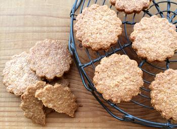 『全粒粉』は、香ばしく麦の風味豊かで、歯ごたえのある食感なので、その特徴を楽しめるレシピがおすすめ。グルテン量が少なく、パンなどを作る際にはまとまりにくくなるので、薄力粉や強力粉などと混ぜて作ることが多くあります。