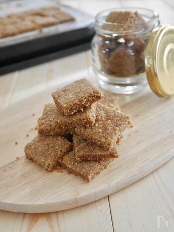 全粒粉とアーモンドパウダー、砂糖、塩のみでできるお手軽にできる「全粒粉クッキー」。ボウルの中で混ぜて天板で焼く前に切るだけの簡単手順で、お子様と一緒に作るのもおすすめです。