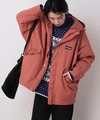 トレンドのくすみカラーでもあるピンクベージュのマウンテンパーカーは、どこかクラシカルな雰囲気が漂います。懐かしさのあるノルディック柄のセーターとの組み合わせも可愛く仕上がります。