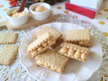バタークリームとキャラメルクリームが交互に絞られた、見た目も可愛い「全粒粉バターサンド」。濃厚なキャラメルクリームに、さっぱりとした全粒粉クッキーが相性抜群です。コーヒーや紅茶のお供にも。