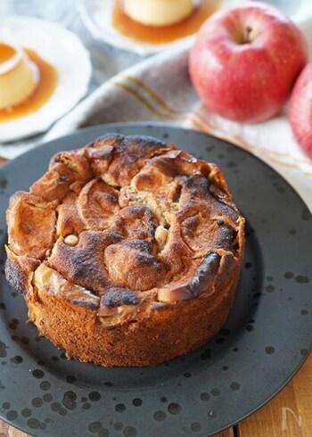 薄力粉を全粒粉に置き換えて作れる「ごろごろりんごとくるみのケーキ」。大きめにカットしたりんごや材料を混ぜて焼き、一晩置いておくだけで味が染み込んでより美味しくなる、旬の秋に食べたいスイーツです。