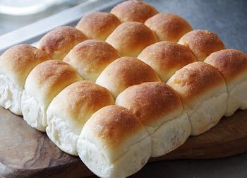 生地を小さく丸めて型に並べて焼くだけでできる「ちぎりパン」。小さなパンがギュッと集まった姿がかわいらしく、手でちぎって食べやすいことから、数年前人気に火が付きました。