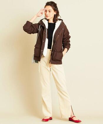 寒さが厳しい時はボア付きで。取り外しができるタイプのマウンテンパーカーなら、暖冬でも気温に合わせたコーデが楽しめます。ダウンよりも可愛さが出るので、女性らしいコーデに仕上げたい方におすすめです。