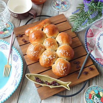 葡萄の房の形をモチーフにしたユニークなちぎりパン。中にはラムレーズンがたっぷり入って、見た目も味も葡萄を堪能できます。