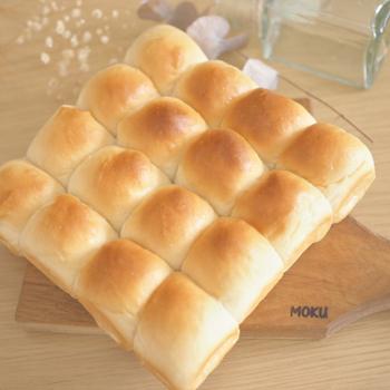柔らかくてふわふわで、はちみつが香る優しい甘さのパン。はちみつは具に混ぜ込み、焼く前に生地にたっぷりかけることで、ダブルでおいしさを味わえます。