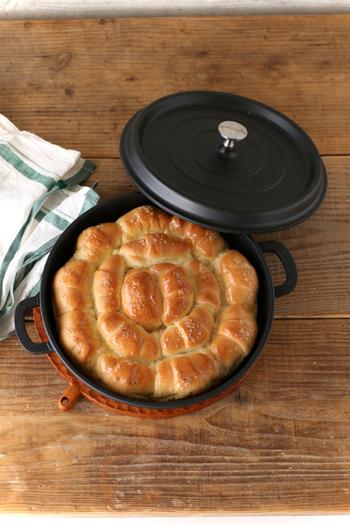 浅型の無水鍋で作るちぎりパン。焼きたてはパリっとした食感。翌日も少し焼き直すだけで染み込んだバターの香りがよみがえります。
