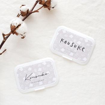 おしり拭きが乾かないよう取り出し口にペタッと貼って使えるフタに、赤ちゃんの名前を入れたオリジナルアイテム。フォントは2種類から選べます♪