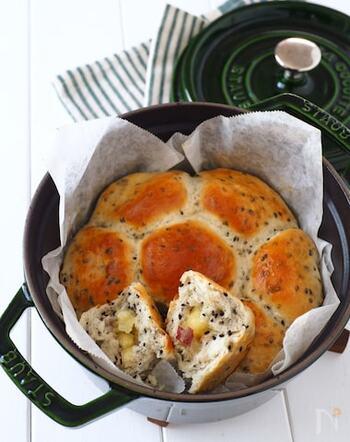 ホットケーキミックスを使って作る、捏ね発酵なしの簡単パン。黒胡麻と自然な甘みのさつまいもを入れて焼きました。