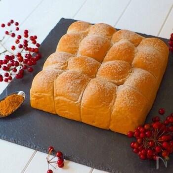お砂糖の代わりに黒糖を使用したパン。黒糖のこっくりと深みのある色、香りと甘みがたまりませんね。
