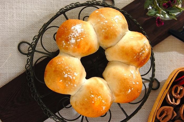 ふんわりバナナのやさしい香りが香る、自然な甘さのパンです。型を使わずに手軽に作れます。