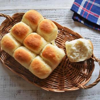 ヨーグルトが入ったふわふわのちぎりパン。専用の型を使わなくても、自宅にある耐熱性の保存容器を使って焼くことができます。
