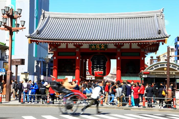 浅草観光の定番スポットと言えば、やはり「浅草寺」は外せません。有名な雷門はフォトスポットとしても大人気の場所。中へ進むとたくさんのお店が並ぶ仲見世があり、食べ歩きや買い物もたっぷり楽しめます。