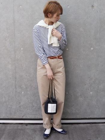 ナチュラルコーデに欠かせないユニクロのチノパン。肩がけカーディガンと白靴下を合わせれば、おしゃれなカフェにも似合う簡単お呼ばれコーデの完成です。