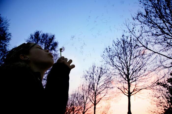 秋になると日中は気温が高い日もありますが、夜になると一気に肌寒くなってきます。一日の温度変化が激しいため、これが自律神経のバランスを崩す原因になると考えられます。副交感神経と交感神経のコントロールが上手くできないと、気持ちが不安定になるだけでなく、筋肉も緊張しやすい状態になるため、血行不良から冷えにもつながりかねません。