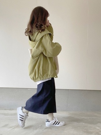 GUのマウンテンパーカーは、羽織るだけでアウトドアライクに。オーバーサイズのトップスやアウターと、ロングスカートの相性は抜群です。