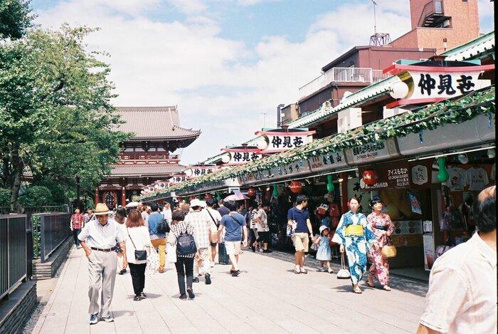 台東区の「浅草」や「上野」は、古き良き江戸の名残が残る下町エリア。風情豊かな街散策を楽しめる一方で、東京を代表するランドマークやアカデミックな名所も数多く揃っています。東京駅から上野駅まではJRで約5分の距離にあるので、東京に到着してまず最初に遊びに行くエリアとしてもおすすめですよ。