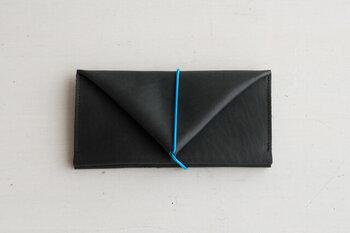 ゴム紐でくるくると巻き付けてとめるユニークな長財布。こちらの財布を作ったブランド、トートーニーは、元は生きていた革を大切に使いたいという思いから、極力ハギレが出ないように気を配っているのだとか。そんな作り手の想いを聞くと、使う側も「大事に使おう!」と思えますよね。