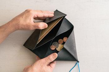 現金派には嬉しい、中身を確認しやすいデザイン。特に小銭が見やすいのが特徴的です。お会計のときぴったり出そうと小銭を探してイライラした経験がある人なら、このデザインのすばらしさがよくわかるのではないでしょうか。