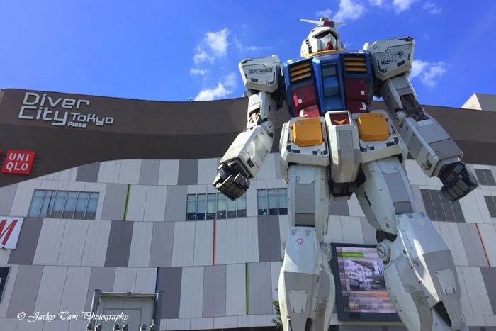 等身大のガンダムが観光客を出迎えてくれるのは、大型複合施設の「ダイバーシティ東京 プラザ」。ショッピングはもちろん、エリア最大級のフードコート、VRのアトラクション施設、大型ライブハウス「Zepp DiverCity」など、ここだけで一日デートを楽しめるほど充実しています。